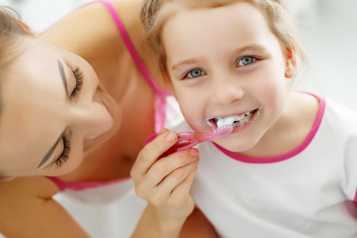 Mio figlio odia lavarsi i denti: come lo convinco?